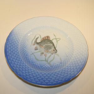 Mågestel, frokosttallerken, motiv nr. 7, fisken en karuse fra Bing og Grøndahl.