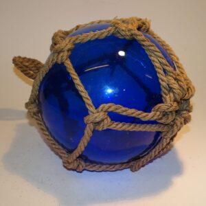 Fiskekugle i blåt glas og fiskenet, stor og i flot stand