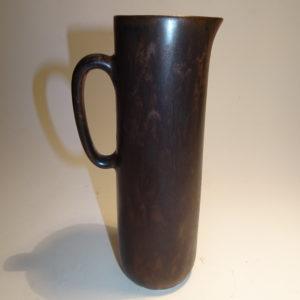 Carl-Harry Stålhane, keramik kande i mat brun glasur, Rörstrand. H: 17 cm høj.