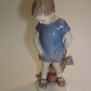 Figur, Dreng med bamse, Royal Copenhagen. H: 18 cm.
