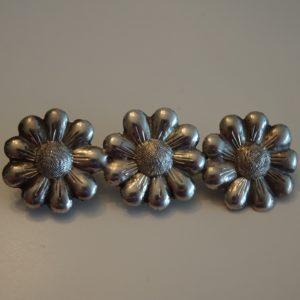 Broche med tre blomster fra 1945. Ældre / gammel sølv.