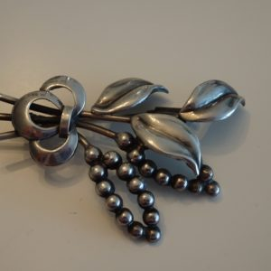 Broche i sølv med blad og bær