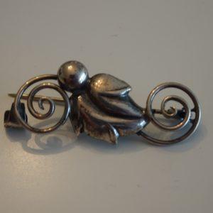 Broche i sølv med stiliseret blad