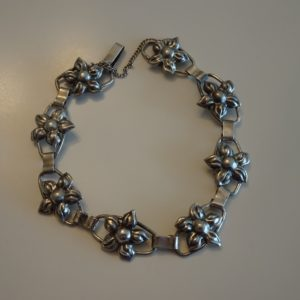 Armbånd i sølv, led med blomster. Gammel/ældre.