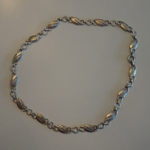 Halskæde med led i løvform, ægte sølv